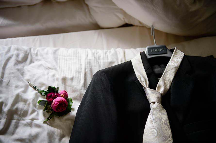 Hochzeitsreportage - Anziehen Bräutigam - Anzug