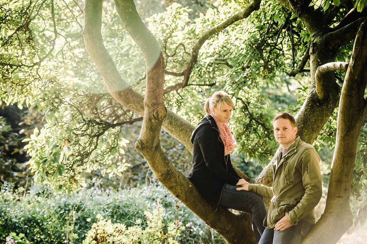 Paar unter Bäumen im Park