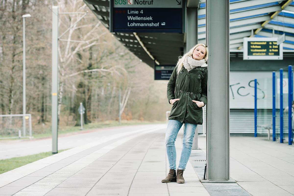 S-Bahnstation Bielefeld - junge Frau wartet auf die Bahn