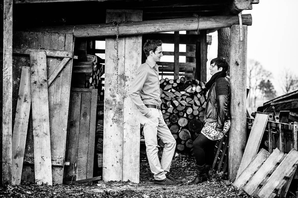 Paar im Holzschuppen