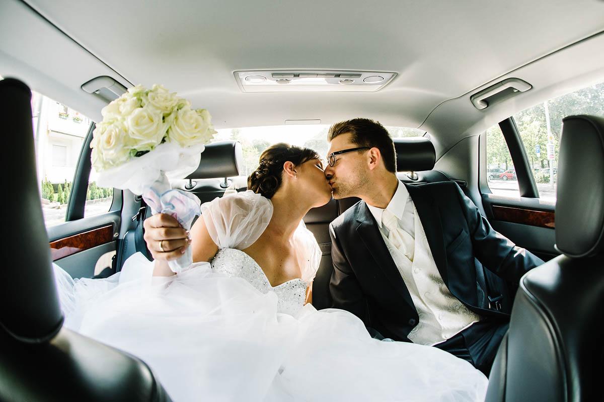 Hochzeitswagen mit Brautpaar