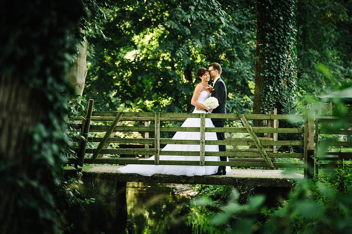 Hochzeitsfotos auf einer Brücke