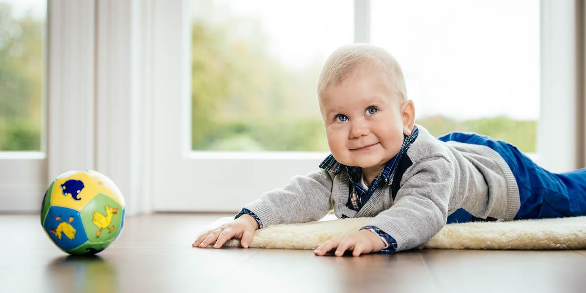 Babyshooting zu Hause im Wohnzimmer
