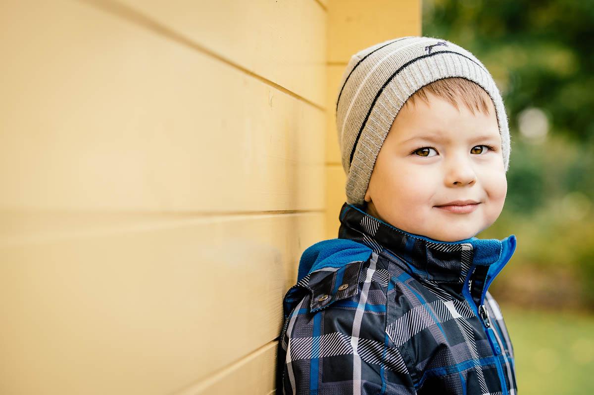 Outdoorportrait junger Mann