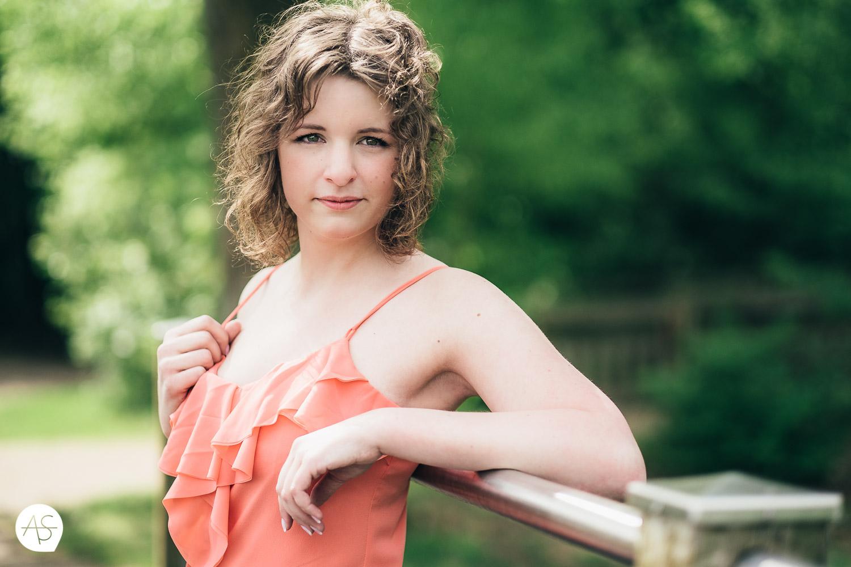 Portrait von einer hübschen Frau an einem Brückengeländer in Rietberg