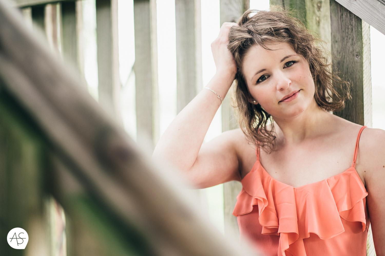 Portrait von einer jungen Frau am Aussichtsturm im Gartenschaupark in Rietberg