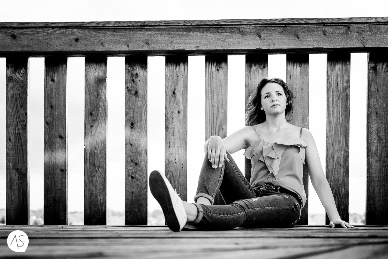 Coole Pose im Sitzen an einem Geländer
