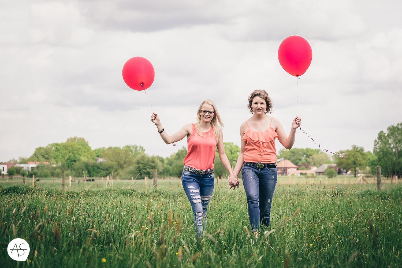 Eileen & Theresa auf einer Wiese mit roten Ballons