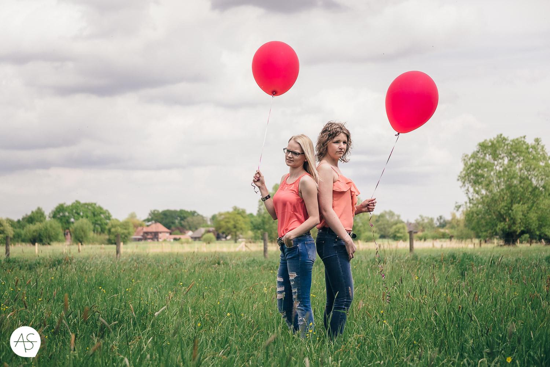 Auf einer Wiese mit roten Ballons
