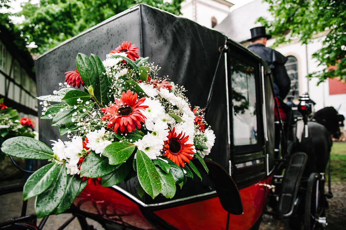 Blumenschmuck Hochzeitskutsche