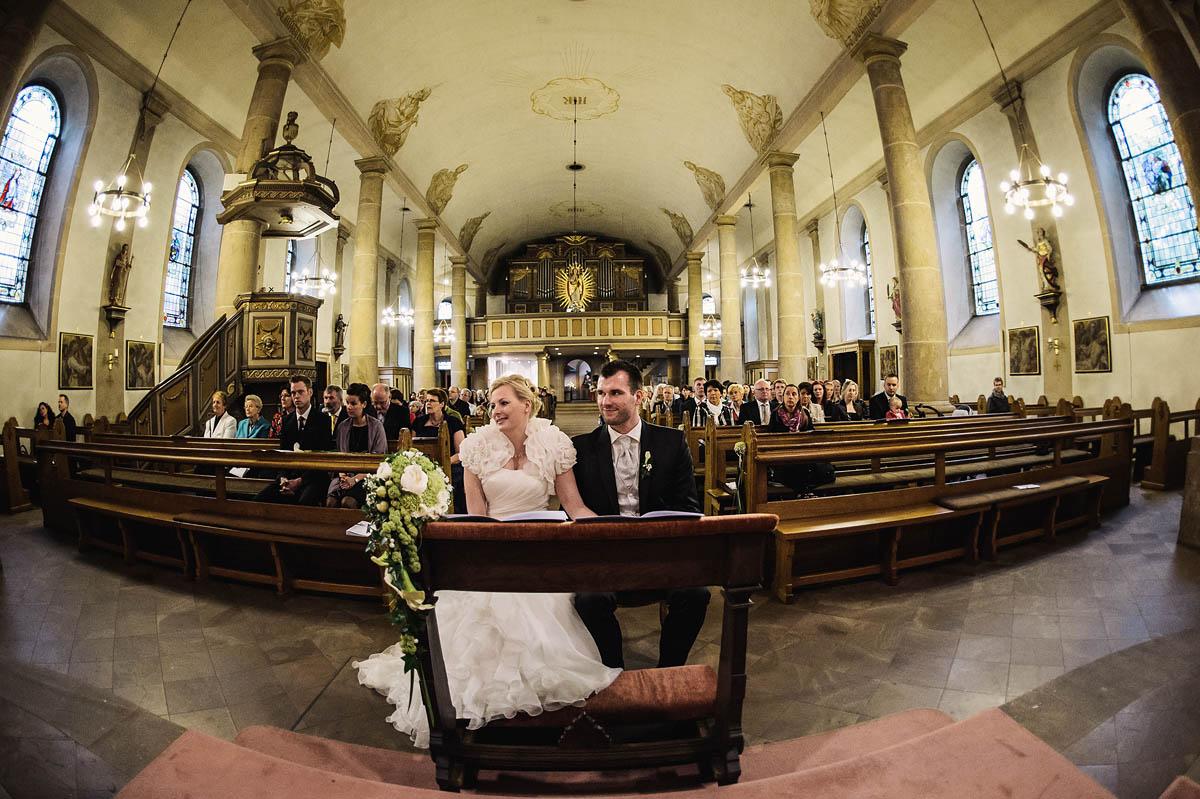 Weitwinkel Aufnahme - Brautpaar St. Anna Kirche in Verl